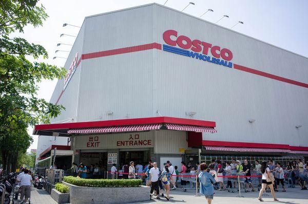 Main_Entrance_and_Exit_of_Costco_Neihu_Warehouse_20140928